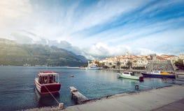Stadt und Boote Korcula im Hafen Stockbilder