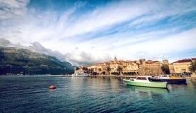 Stadt und Boote Korcula im Hafen Lizenzfreie Stockfotografie