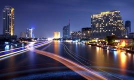 Stadt und der Fluss in der Nachtzeit. Lizenzfreies Stockbild