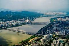 Stadt und Fluss Lizenzfreie Stockfotos