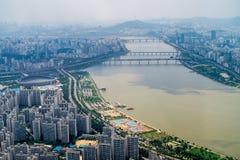 Stadt und Fluss Stockfotografie