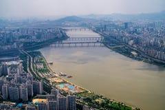 Stadt und Fluss Lizenzfreie Stockfotografie