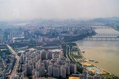 Stadt und Fluss Stockfotos