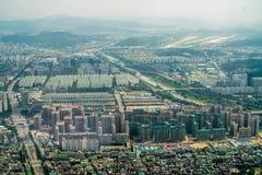 Stadt und Fluss Stockbild