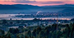 Stadt und forestagainst der Hintergrund von und die gesehenen weit weg Berge lizenzfreie stockfotografie