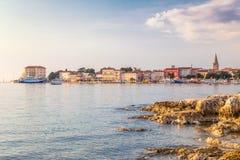 Stadt und Hafen Porec auf adriatischem Meer in Kroatien stockfotografie