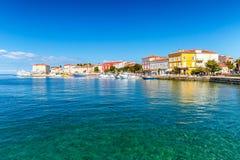 Stadt und Hafen Porec auf adriatischem Meer in Kroatien lizenzfreie stockbilder