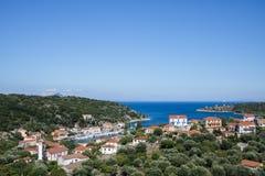 Stadt und Hafen von Kioni auf griechischer Insel Ithaca stockfoto
