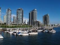 Stadt-und Jachthafen-Ansicht Stockbild