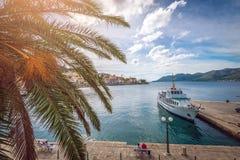 Stadt und Schiff Korcula im Hafen Stockfotos