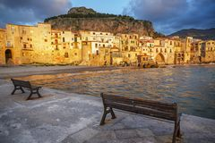Stadt und Strand Cefalu am Sonnenunterganglicht, Sizilien, Italien stockfoto