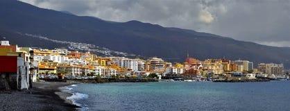 Stadt und Strand von Candelaria bei Tenerife lizenzfreies stockbild