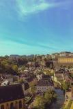 Stadt unten, Dächer, horizontal, auf einen blauen Himmel, über dem r Stockfoto