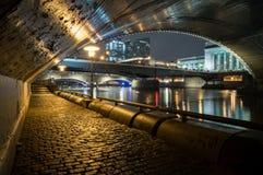 Stadt unter der Brücke Lizenzfreies Stockfoto