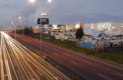 Stadt-Verkehr nachts Lizenzfreie Stockbilder