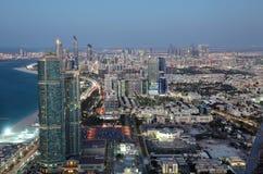 Stadt von Abu Dhabi an der Dämmerung Stockbild