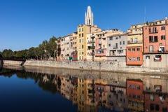 Stadt von alten Reihenhäusern Gironas in Onyar-Fluss Lizenzfreie Stockbilder