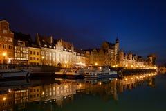 Stadt von alten Stadtskylinen Gdansks nachts Lizenzfreie Stockfotos