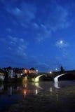Stadt von Argentat bis zum Nacht stockfoto