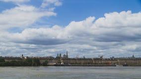 Stadt von Bordeaux unter Wolken über Garonne-Fluss, im Bordeaux, Frankreich stockfotografie