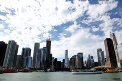 Stadt von Chicago auf Michigansee lizenzfreie stockfotos
