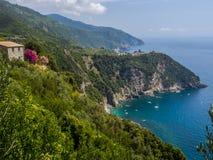 Stadt von Corniglia auf einem Berg über Ozean Lizenzfreies Stockfoto