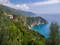 Stadt von Corniglia auf einem Berg über Ozean Stockfotografie