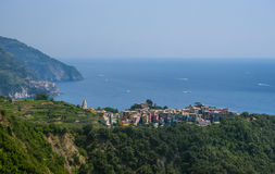 Stadt von Corniglia auf einem Berg über Ozean Stockbild