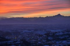 Stadt von Dogliani bei Sonnenuntergang Stockfotos