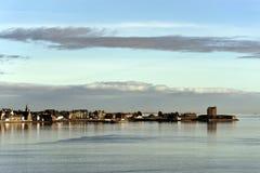 Stadt von Dundee, Schottland gesehen vom Fluss Stockfotografie