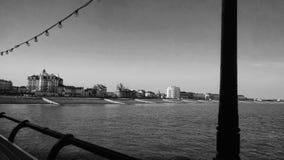 Stadt von einem Pier in Schwarzweiss stockbild