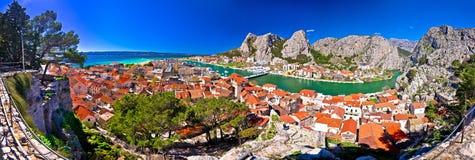 Stadt von Flussmündung Omis und Cetinas Panoramablick stockbild