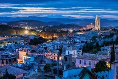 Stadt von Girona an der blauen Stunde lizenzfreies stockfoto