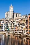 Stadt von Girona in Fluss Onyar Stockbild