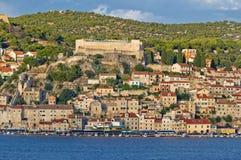 Stadt von historischer Ufergegend Sibenik Stockbild