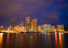 Stadt von Honolulu nachts Stockbilder