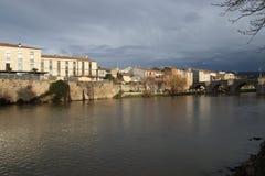 Stadt von Limoux und von Fluss Aude, Frankreich stockfotos