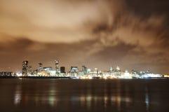 Stadt von Liverpool, England, in Nacht und dem Fluss Mersey lizenzfreies stockbild