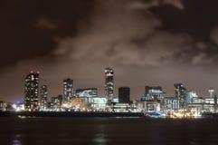 Stadt von Liverpool, England, in Nacht und dem Fluss Mersey lizenzfreie stockfotografie