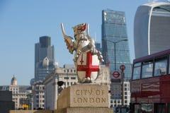 Stadt von London-Ansicht von der Themse, vom Funksprechgerätgebäude und von den modernen Wolkenkratzern London, Großbritannien Lizenzfreies Stockfoto