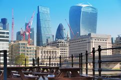 Stadt von London-Ansicht von der Themse, vom Funksprechgerätgebäude und von den modernen Wolkenkratzern London, Großbritannien Stockbild