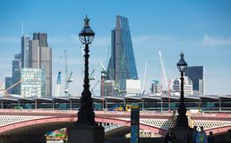 Stadt von London-Ansicht von der Themse, vom Funksprechgerätgebäude und von den modernen Wolkenkratzern London, Großbritannien Stockfotos