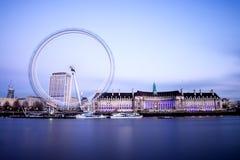 Stadt von London mit London-Auge stockfotos