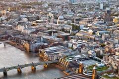 Stadt von London-Skylinen über der Themse Stockbild