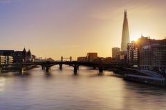 Stadt von London-Skylinen bei Sonnenaufgang, Großbritannien Stockbild