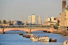 Stadt von London-Skylinen mit der Themse stockfotografie