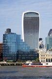 Stadt von London-Wolkenkratzern, Ausflug-Boot Stockfotografie