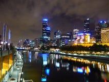 Stadt von Melbourne in der Nacht. Stockbild
