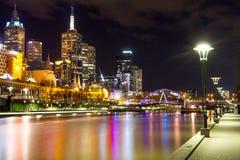 Stadt von Melbourne - Fluss und Southgate-Steg stockfotografie