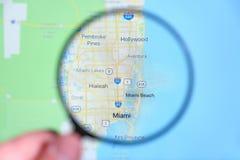 Stadt von Miami, Florida auf dem Bildschirm durch eine Lupe lizenzfreie stockbilder